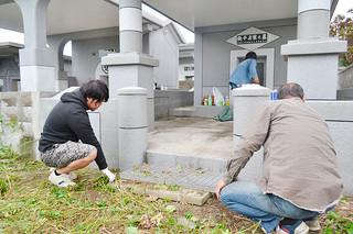 十六日祭を前に墓掃除を行う人たち=21日午前、石垣市石垣
