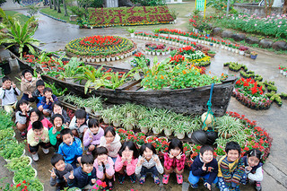 沖縄花のカーニバル2016花メッセージコンテストで2年連続の県知事賞に輝いた新川小学校=24日午前、同校