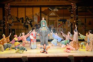 満員の観客を魅了した劇団四季のファミリーミュージカル「むかしむかしゾウがきた」=24日夜、市民会館大ホール
