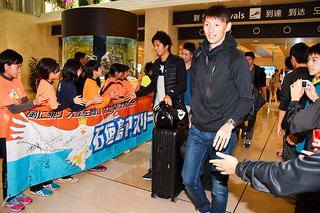 出迎えた子どもたちに笑顔をみせる日本男子短距離の高平慎士(右)ら=24日夕、南ぬ島石垣空港