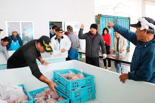 通常の3割引きでカジキを販売した与那国町漁協の「第13回おさかなフェア」=21日、久部良漁港内の同漁協セリ場