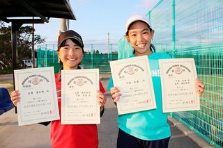 第32回小学生テニス選手権大会グレード1の女子シングルスで2連覇を果たした下地美満(右)と準優勝の友寄愛加理=2日、市中央運動公園テニスコート