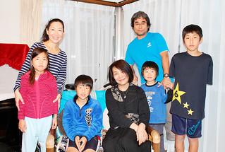 増田健琉君(前列左2人目)をはじめ家族との対面を喜ぶ河村典子さん(同3人目)=2日夕、増田さん宅