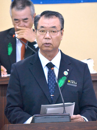 施政方針演説を行う川満栄長竹富町長=4日午後、町議会議場
