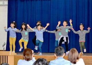 竹富町生涯学習フェスタで軽快なダンスを披露する小浜キッズ&ジュニアダンサーズ=6日午前、町離島振興総合センター