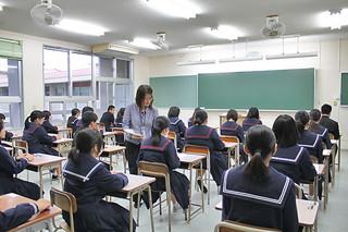 試験官から問題用紙の配布を受け、試験の開始を待つ受験生たち=9日午前、八重山商工高校