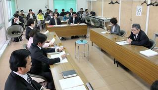 自衛隊配備計画をめぐり、推進派と反対派の双方から提出されている請願について審議する委員(手前)ら。13人が傍聴した=11日午前、議員協議会室