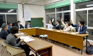 自衛隊配備推進派の請願の継続審議を賛成多数で採択した総務財政委員会=17日夜、議員協議会室