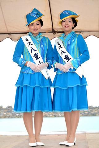ミス南十字星に選ばれた豊里舞さん(右)とミス星の砂の新里諒さん=19日午後、南ぬ浜町ビーチ(仮称)