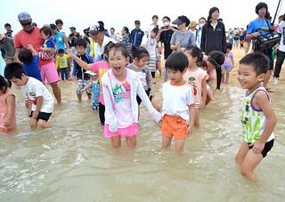 日本最南端の海開きを楽しんだ来場者ら=19日午前、南ぬ浜町ビーチ(仮称)