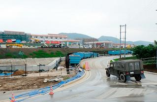 4月24日に開設される予定の陸上自衛隊沿岸監視隊の駐屯地。急ピッチで工事が行われている=22日午後、久部良近くの南牧場