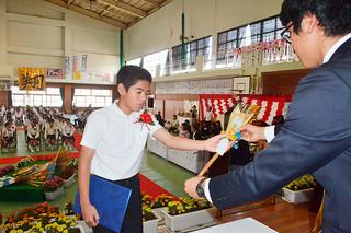 卒業証書とエークが授与された八島小学校の卒業式=23日午前、八島小体育館