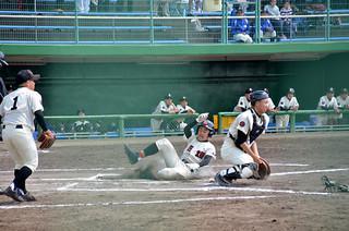 決勝点となった2点目のホームに滑り込む石垣中の伊志嶺拓磨=26日午後、焼津市総合グラウンド野球場