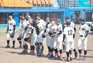 延長特別ルールでサヨナラ負けを喫し、肩を落とす石垣中学校野球部の選手たち=27日午後、静岡市の草薙総合運動場硬式野球場