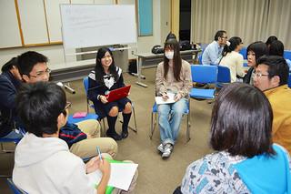 北海道から沖縄まで幅広い年代層が集まり、関心事について議論した「ゆいたくPLACE」=28日夕、大浜信泉記念館