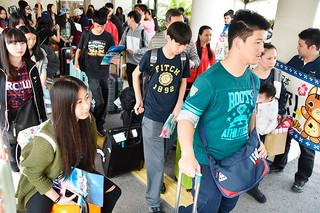 運航再開した台北石垣線で訪れた台湾からの観光客=30日午後、南ぬ島石垣空港国際線ターミナルビル入り口