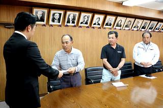 中山義隆市長に要請書を手渡す次呂久栄重組合長=3月31日午後
