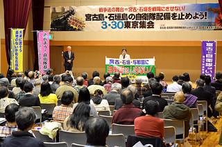 東京集会に集った市民の前で、配備計画撤回を訴える下村栄信共同代表ら=3月30日夜、中央区銀座の京橋プラザ区民感