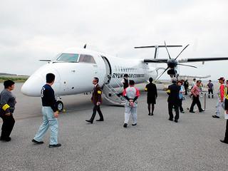 地元関係者にお披露目されたRACの新機材DHC―Q400CC(カーゴコンビ)=3月18日午後、与那国空港