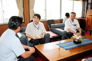 自衛隊配備計画に関する説明会の開催を伝える沖縄防衛局の森浩久企画部長(正面左)ら=11日午後、市長室