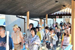 竹富町の旅行を楽しむ多くの観光客ら=12日午後、石垣港離島ターミナル
