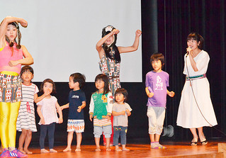 ライブで子どもたちと一緒にイリオモテヤマネコの保護を訴える坂本美雨さん(右)=15日午後、中野わいわいホール