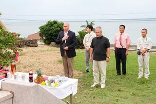 米軍飛行士3人の冥福を祈る参列者=15日午前、米軍飛行士慰霊碑前