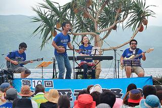 10周年の節目を迎え、多くの来場者で盛り上がった船浮音祭り2016=16日午後、船浮・かまどま広場