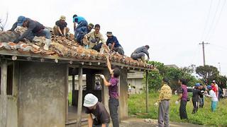 大勢の町民が参加して行われた十山御嶽の解体作業=17日、与那国島祖納