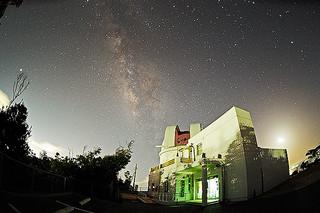 中学3年生が使用している理科の教科書に掲載されている石垣島天文台の写真(石垣島天文台提供)