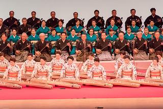 「白保節」の斉唱で幕開けした琉球フェスティバルの八重山芸能=26日夜、浦添市のてだこホール大ホール