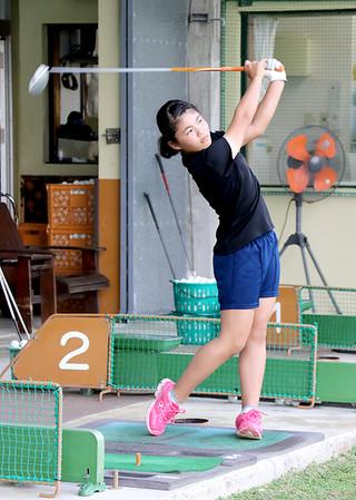 九州大会に向けて練習に励む名嘉乃衣=13日午後、八重山ゴルフレンジ