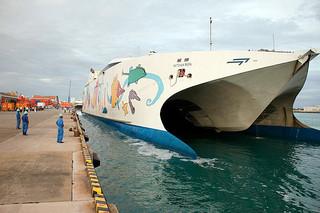 石垣港に初入港した高速フェリー「ナッチャン・レラ」=14日午後6時50分ごろ、石垣港F岸壁