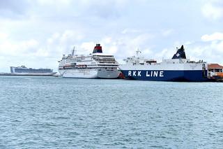 石垣港に寄港した外航クルーズ船「ゴールデンプリンセス」、「スーパースターアクエリアス」、貨物船「ちゅらしま」(左から)=19日午後、石垣港