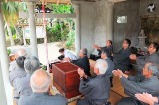 「四月大願い」で作物の出穂を祈願する神司と竹富公民館の役員ら=22日午後、西塘御嶽