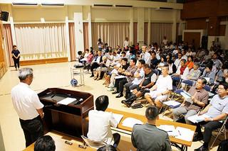 石垣島への自衛隊配備計画に関する説明会に出席した市民ら=24日夜、石垣市健康福祉センター