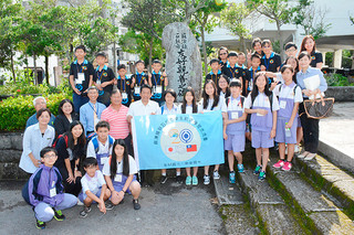 中山義隆市長を表敬した台湾蘇澳鎮の南安國民中と岳明國民小の児童生徒たち=25日午後、市役所