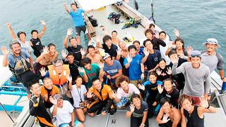 マリンレジャー事故対策訓練に参加した竹富町ダイビング組合や西表島カヌー組合などのメンバーら=23日、西表上原