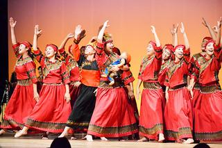 踊りとともに美しいハーモニーが会場を包んだパイワン族の「月桃の愛」=26日夜、市民会館大ホール