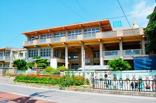 建て替えが予定されている石垣小学校の校舎=5月31日午前