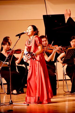京都フィルハーモニー室内合奏団の演奏とともに美しい歌声を響かせた夏川りみ=2日夜、石垣市民会館大ホール