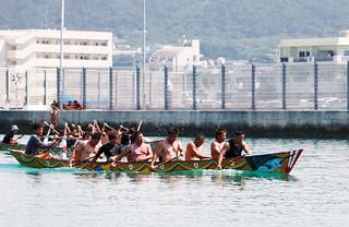 分かしを制し、上がりハーリーへの出場を決めた中二組の漕ぎ手たち=5日午前、い石垣漁港