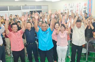 万歳を三唱して再選を喜ぶ川利勝氏(中央)と支持者ら=5日午後9時5分ごろ、選対事務所