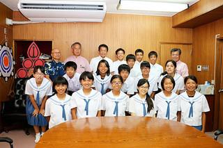 8月に行われる全国中学校文化連盟総合文化祭への出場を報告する川平中学校の生徒たち=6日午後、庁議室