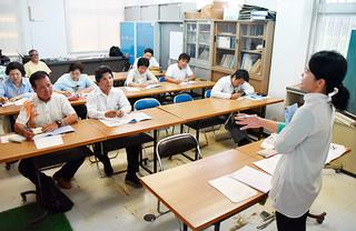 中国語でタクシーに関する会話を学ぶ市内のタクシー乗務員=市内新川の同支部会議室