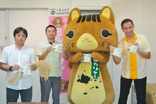 14日から発売される「ピカリャ~のミルク蒸しパン」をPRする竹富町観光宣伝部長のピカリャ~=10日午後、町観光協会