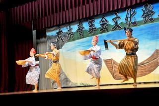 大浜青年会の2016年度文化発表会で「川良山節」を披露する会員たち=11日夜、大浜公民館