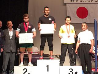 70キロ以下級で優勝した石川勇作(中央)=19日午後、埼玉県草加市アコスホール