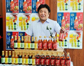 県内初の米酢「しまのす」の製造販売を発表した請福酒造有限会社の漢那憲隆社長=27日午前、同社
