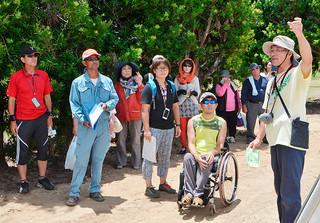 熱研一般公開で平張りネットハウスでの果樹栽培を見学する来場者ら=26日午前、同センター